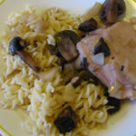עוף עם פטריות ויין לבן בבישול איטי