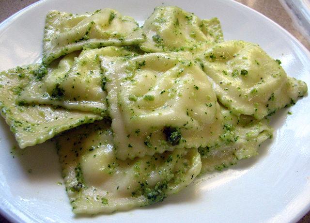 רביולי גבינות ברוטב פסטו
