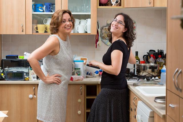 שתי אחיות מבשלות. צילום: בני גם זו לטובה