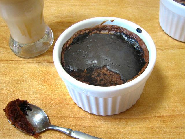 עוגת שוקולד עם רוטב שוקולד
