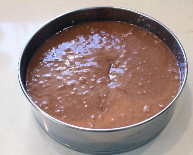עוגת השוקולד נכנסת לתנור