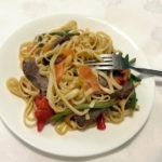 נודלס מוקפצים עם בשר, ירקות ואגוזי קשיו