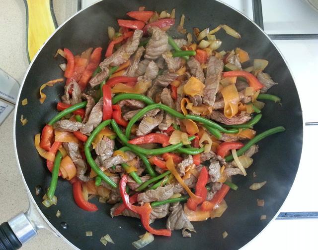 ירקות ובשר מוקפצים