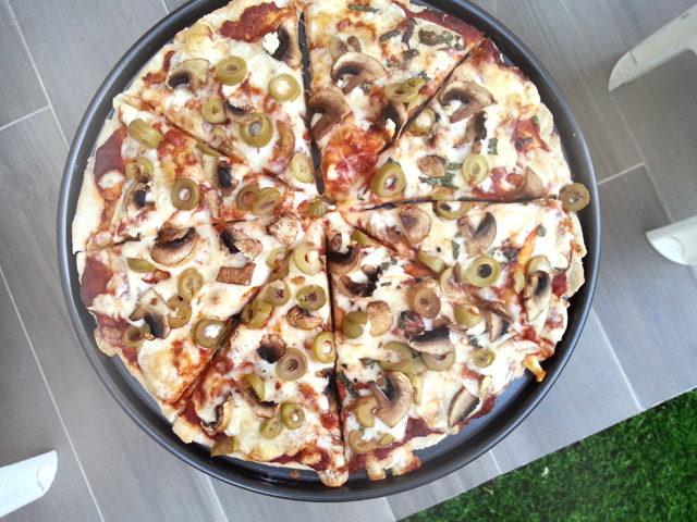פיצה טעימה על הדשא בגינה