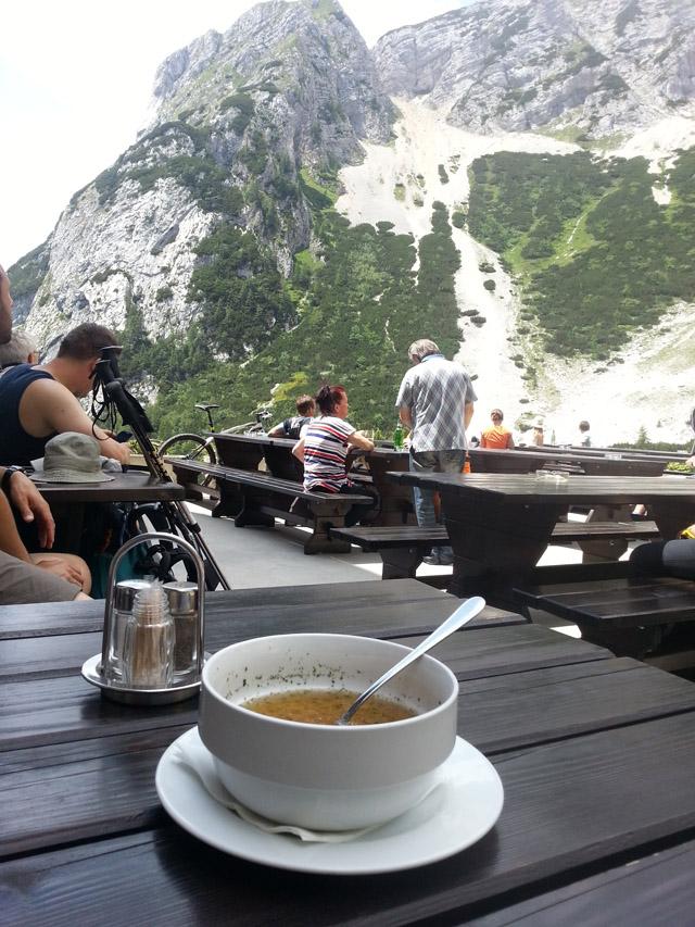 מרק בשר עם אטריות מול נוף של הרים מושלגים