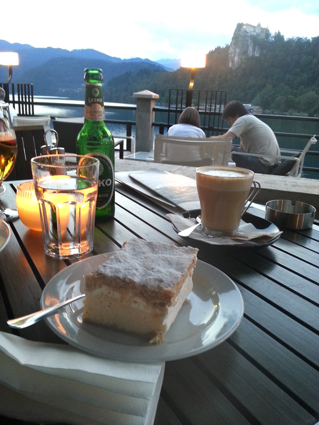 עוגת קרמשניט במלון פארק מול אגם בלד