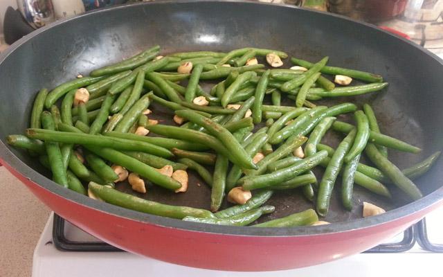 שעועית ירוקה מוקפצת עם קשיו