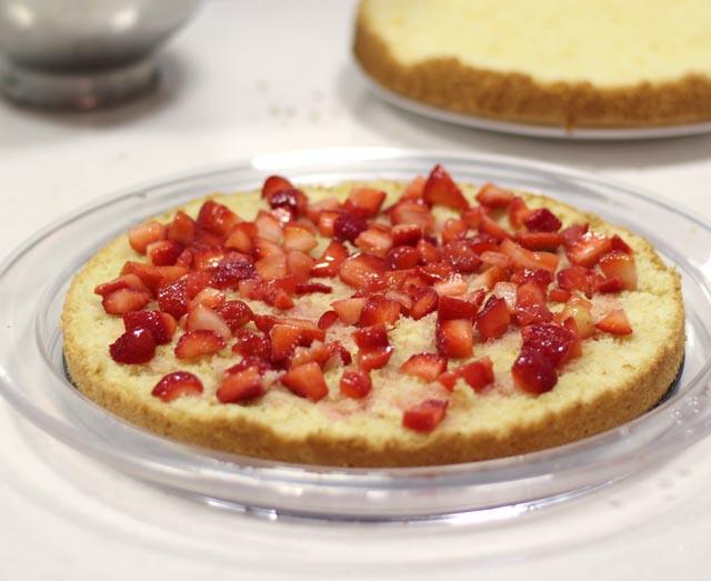 תותים על חצי מהעוגה