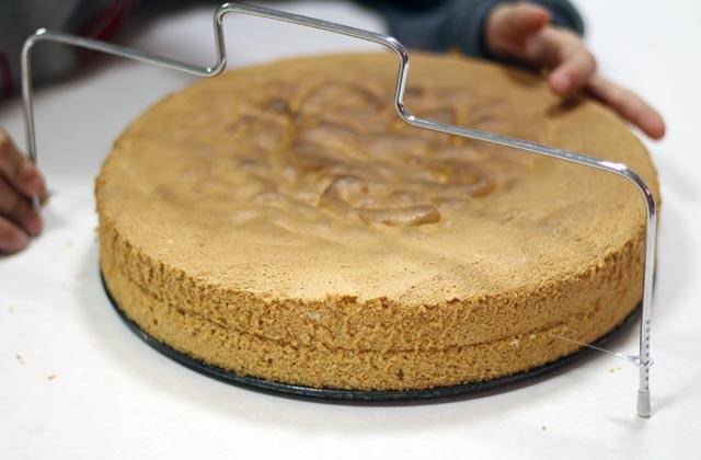חוצים את עוגת הטורט