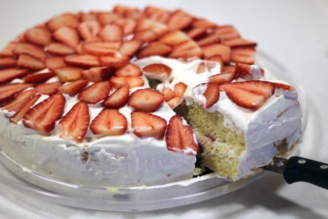 עוגת תותים וקצפת – עוגת היער הלבן