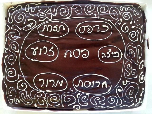 ציור עם שוקולד על עוגה
