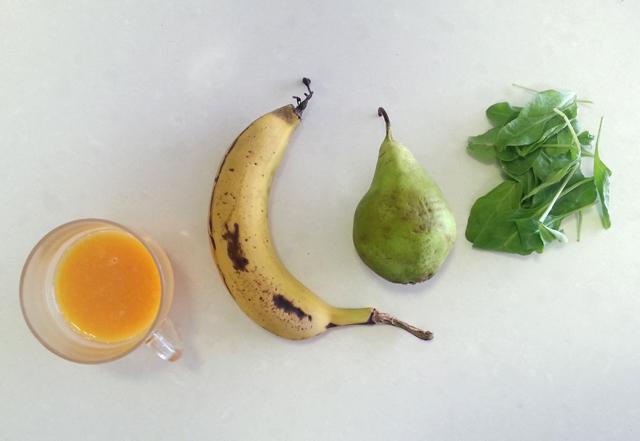 שייק בננה, תרד, אגס ומיץ תפוזים