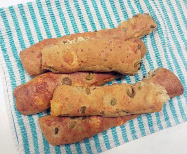 מקלות לחם עם זיתים וגבינה צהובה