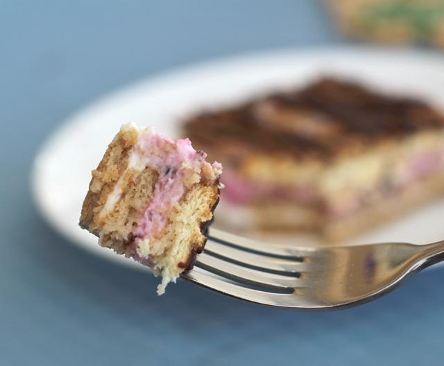 עוגת ביסקוויטים, גבינה ופירות יער
