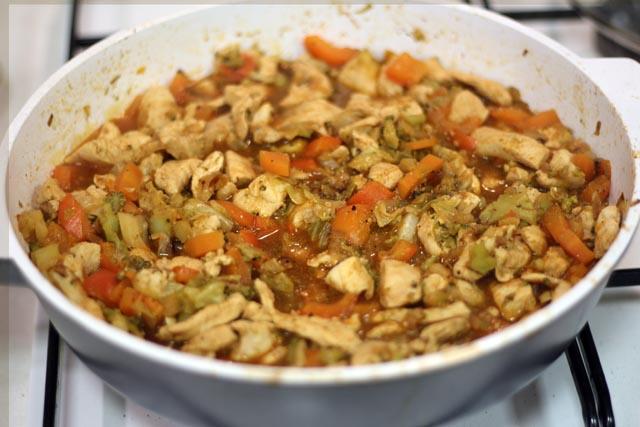 עוף עם ירקות ברוטב עגבניות