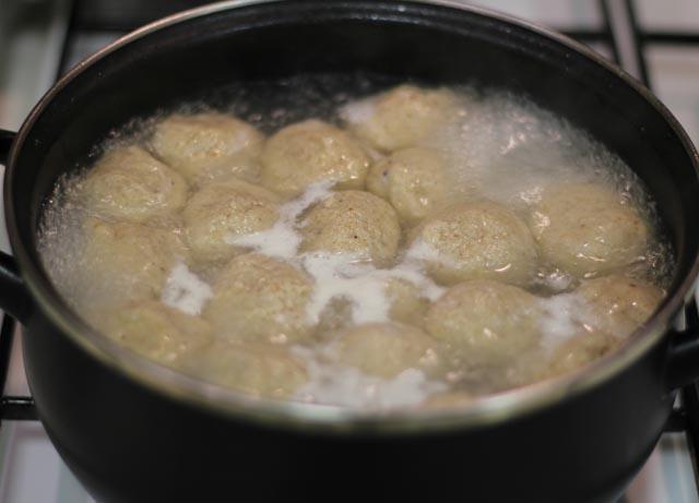 הקניידלך מתבשלים במים רותחים