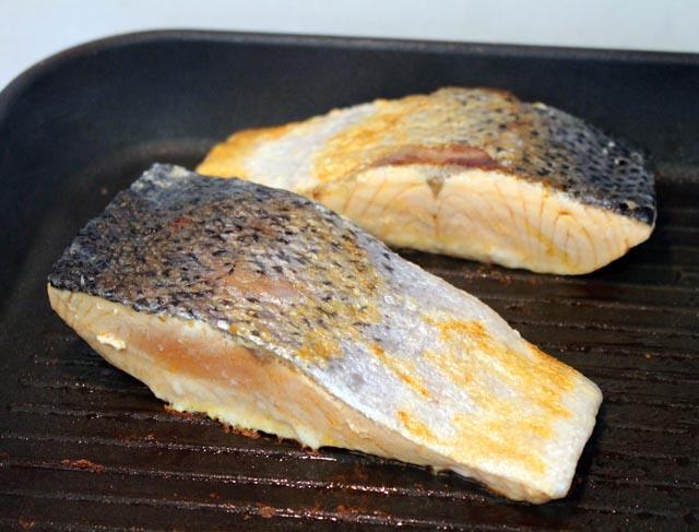 דג סלמון על המחבת