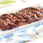 עוגת שמרים עם אוכמניות ושוקולד לבן