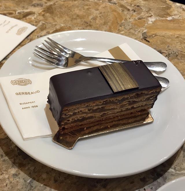 עוגת ג'רבו בבית הקפה ג'רבו