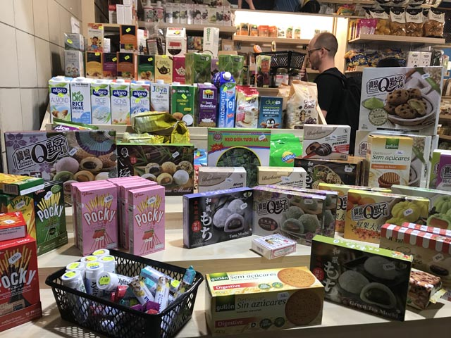 חנות של אוכל יפני בשוק המקורה