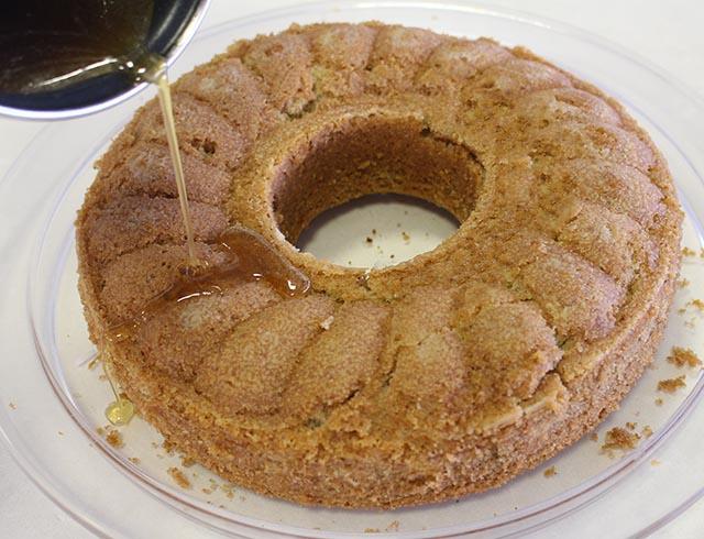 שופכים סירופ דבש על העוגה