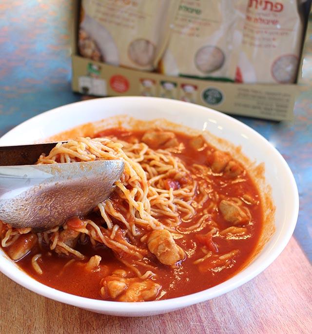 סקיני פסטה עם פרגית ברוטב עגבניות