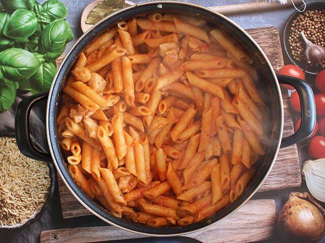 פסטה ברוטב עגבניות עם פרגיות